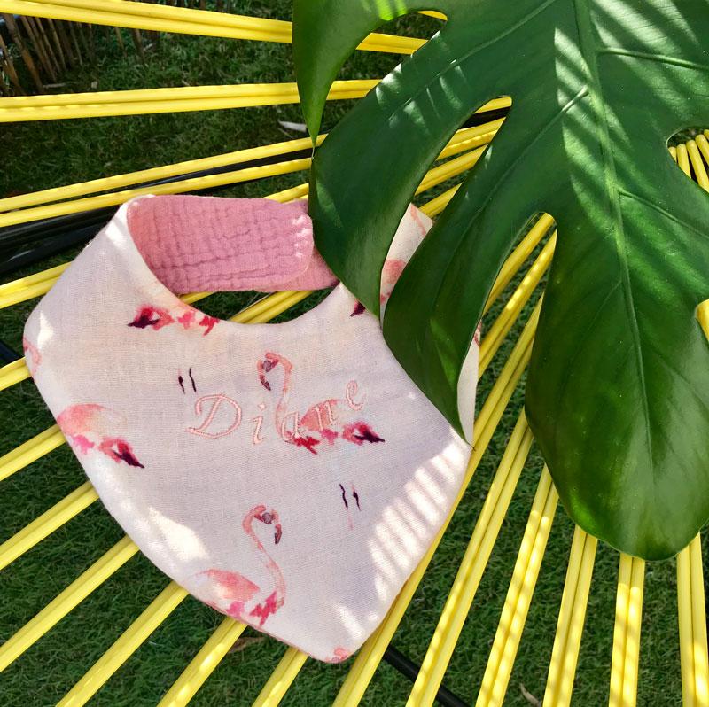 Bavoir brodé en coton bio flamand rose